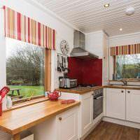 Шторы в красную полоску на кухонном окне