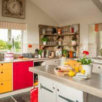 Желтый и красный цвета на кухне частного дома