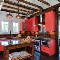 Деревянные балки на потолке кухни
