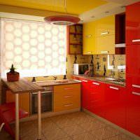 Желто-красная кухня в городской квартире