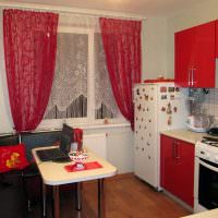 Красные шторы в интерьере маленькой кухни