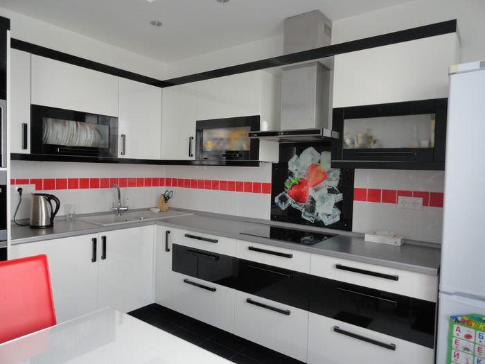 Красная полоса на белом фартуке кухни