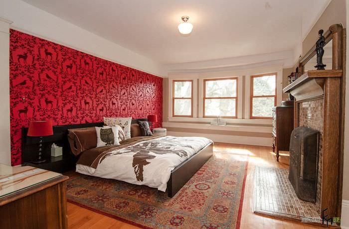 Стена с красными обоями в просторной спальне