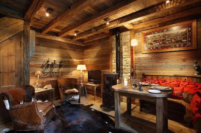 Небольшой стол из дерева в гостиной стиля шале