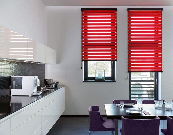 Интерьер кухни с красными шторами на окнах