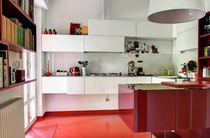 Интерьер кухни с красным полом