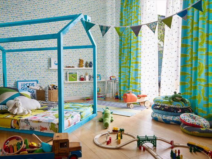 Детская кроватка в виде домика