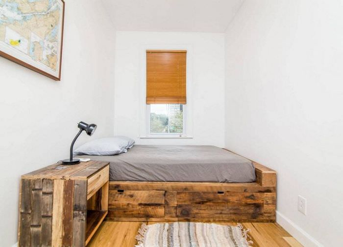 Спальное место на деревянном подиуме в узкой спальне
