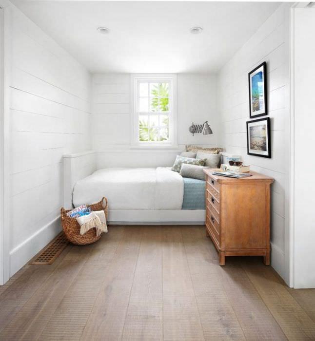 Коричневый пол в белой спальне частного дома