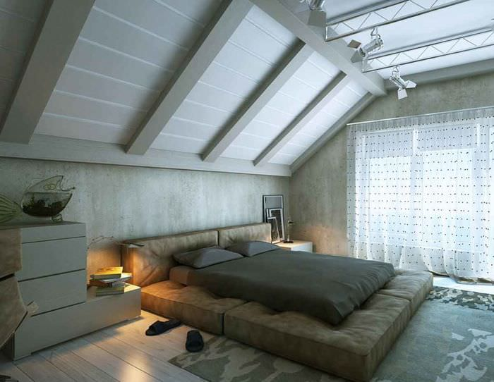 Уютная спальная комната на чердаке жилого дома