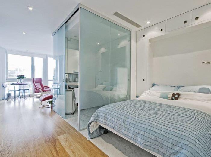 Стеклянная перегородка в интерьере квартиры студии площадью 25 кв метров