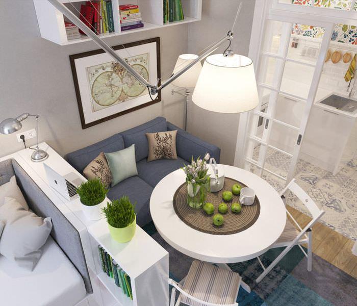 Круглый стол в небольшой зоне для отдыха
