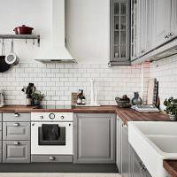 Г-образная кухня с деревянными столешницами