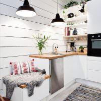 Черные плафоны светильников в скандинавской кухне