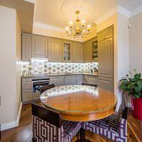Круглый обеденный стол с лакированной поверхностью