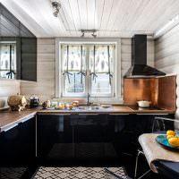 Кухня с черной мебелью в деревянном доме