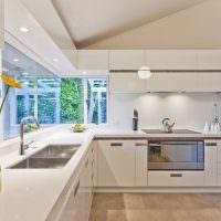 Кухня хай-тек с белыми фасадами