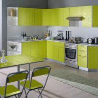 Угловая кухня с зелеными фасадами