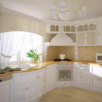 Г-образная кухня с мойкой под окном