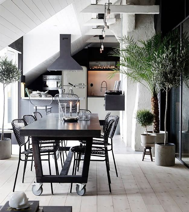 Темный обеденный стол на кухне в мансарде