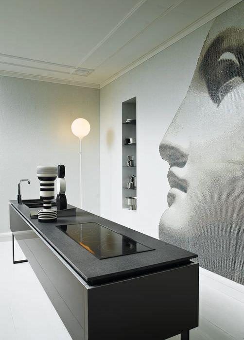 Фотообои на стене кухни с изображением лица женщины