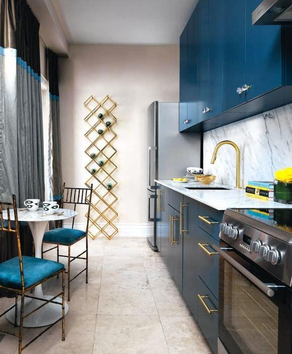 Дизайн узкой кухни с синими шкафами