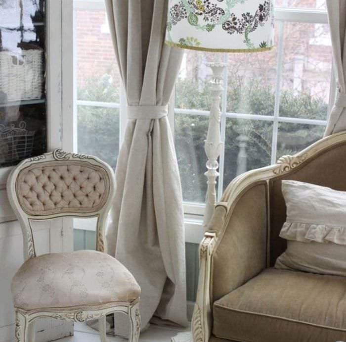 Окно гостиной с льняной шторой