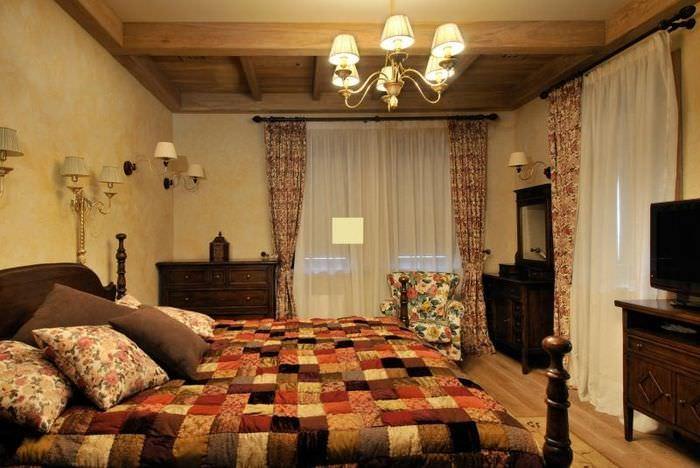 Небольшая люстра на потолке спальне с двумя окнами
