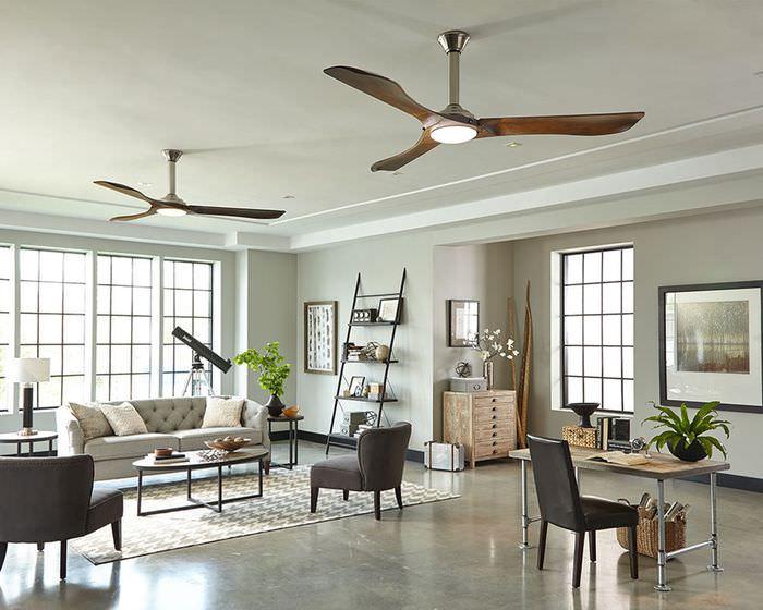 Две люстры с вентиляторами на потолке гостиной