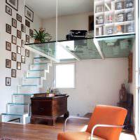 Стеклянный пол второго этажа в однокомнатной квартире