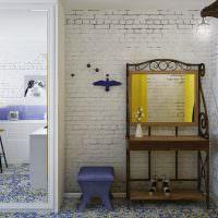 Небольшой столик с зеркалом в прихожей малогабаритной квартиры