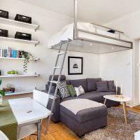 Подвесная кровать над зоной для отдыха