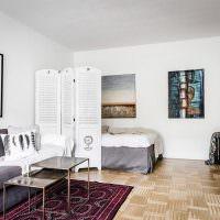 Кровать за ширмой в общей комнате