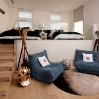 Мягкие кресла возле подиума с кроватью