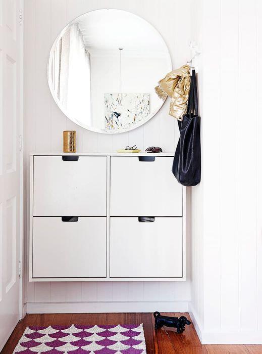 Подвесной шкафчик с четырьмя ящичками в узкой прихожей