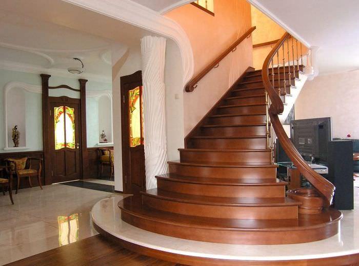 Маршевая лестница из дерева в дизайне таунхауса