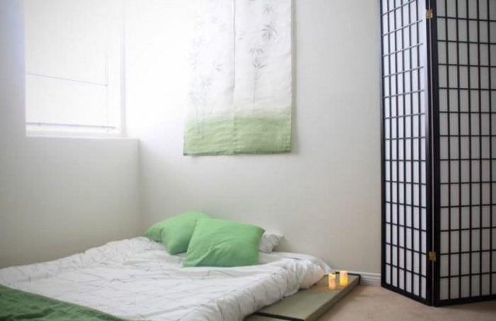 Светлая спальня с матрасом на полу