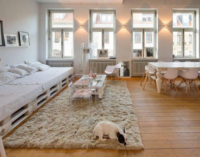 Мебель из поддонов в интерьере светлой гостиной
