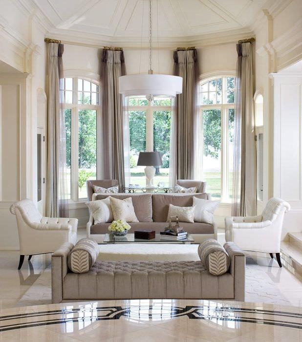 Глянцевая поверхность мраморного пола в гостиной