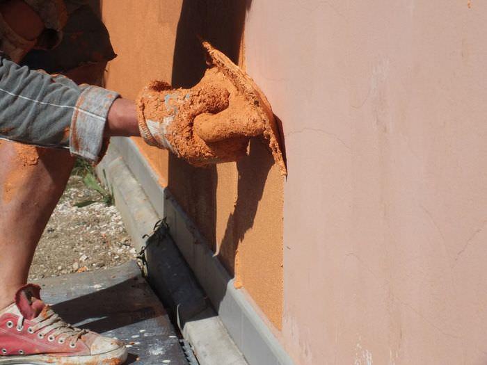 Нанесение декоративной штукатурки на фасад дома