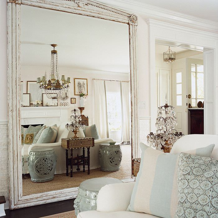 Большое напольное зеркало в деревянной раме