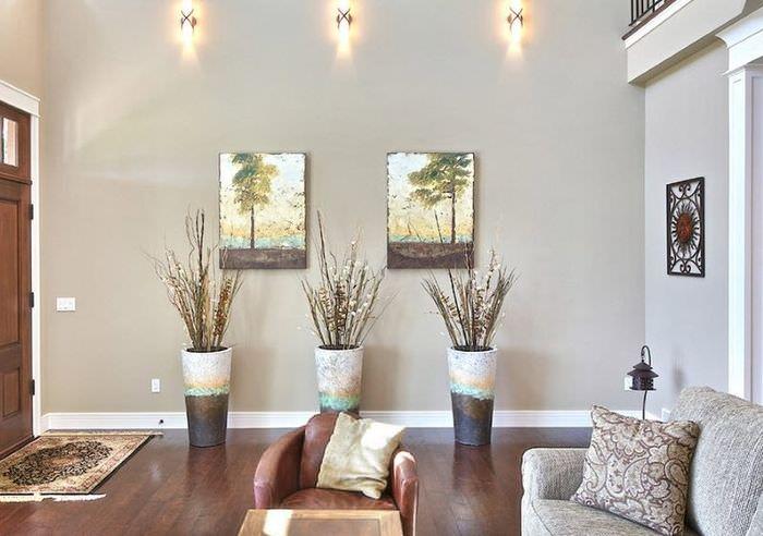 Три напольные вазы в гостиной городской квартиры