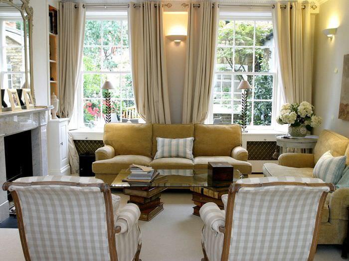 Декоративные светильники в гостиной с двумя окнами