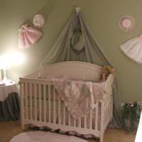 Детская одежда на стене комнаты для малыша