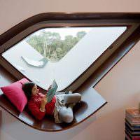 Место для чтения книг в необычном окне