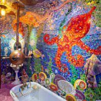 Яркая мозаика на стене ванной комнаты