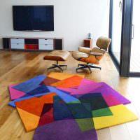 Яркие ковер из квадратных кусков разноцветной ткани