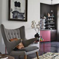 Серое кресло с необычными подлокотниками