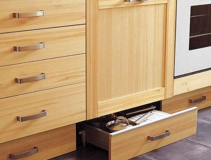 Дополнительные выдвижные ящики в нижней части кухонного гарнитура