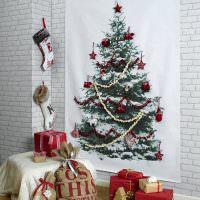 Подарки в красивых картонных коробках перед кирпичной стеной